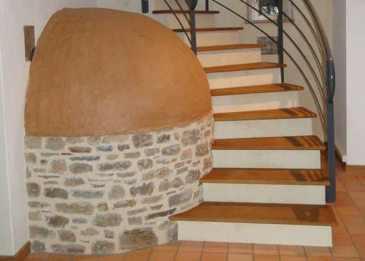 Autour-de-la-chaux-10-L-escalier-englobe-le-four-à-pain-titre