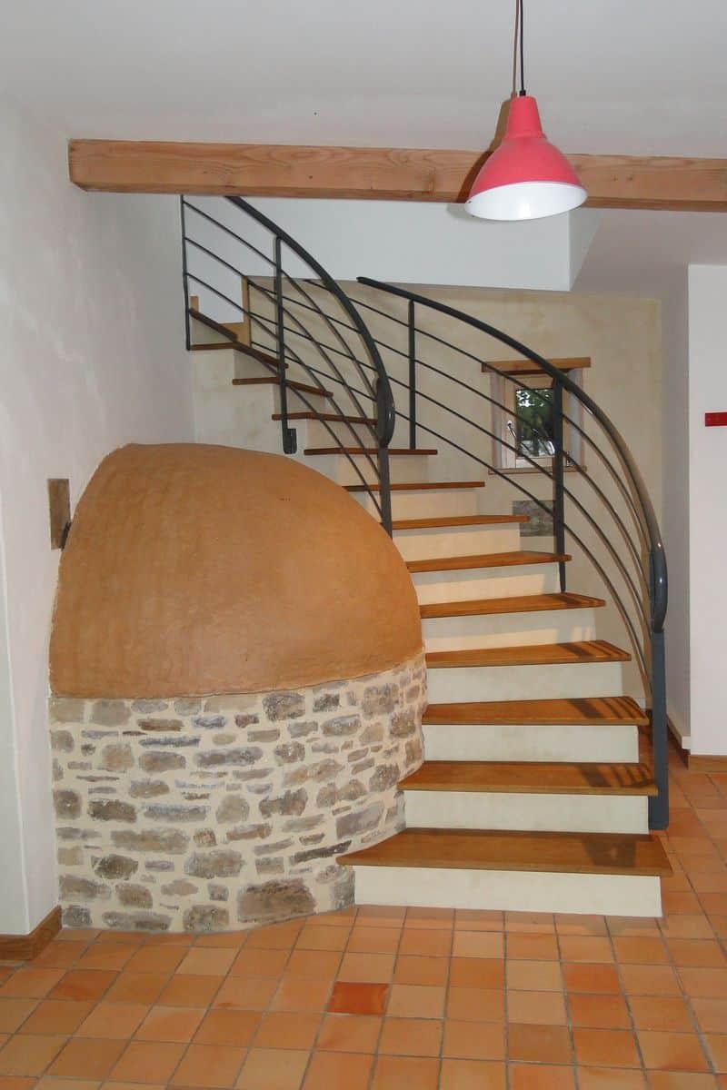 Autour-de-la-chaux-10-L-escalier-englobe-le-four-à-pain