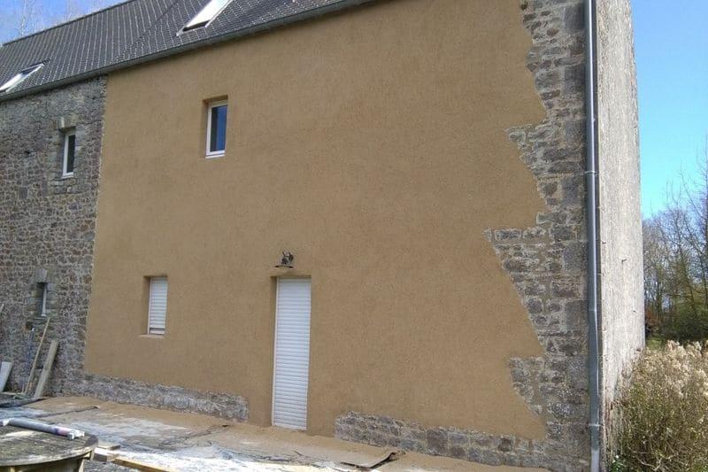 autour-de-la-chaux-facade-avec-enduit-pierre